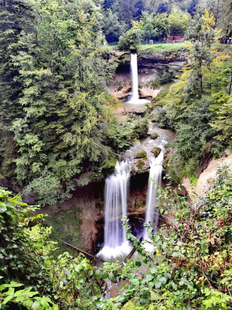 Scheidegger Wasserfälle - das ist der Blick von einem der Aussichtspunkte auf den Großen Scheidegger Wasserfall